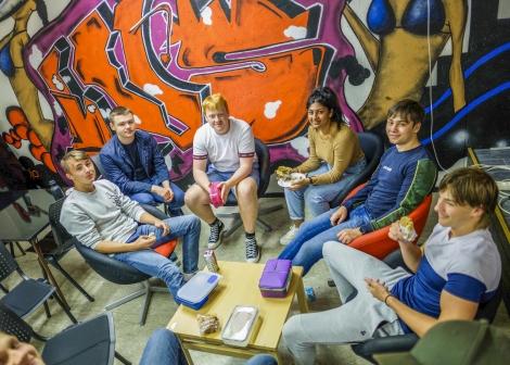 Kantine med godt miljø. Her sitter ei elevgruppe i matfri og koser seg.